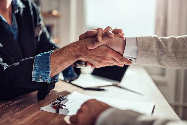Empresário apertando as mãos