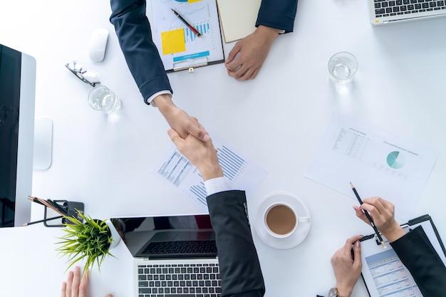 Empresário apertar as mãos concorda acordo de sucesso de grande lote contrato de vendas