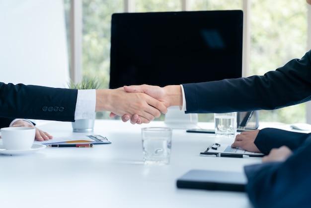 Empresário apertar as mãos concorda que os planos de marketing de sucesso de acabamento da empresa