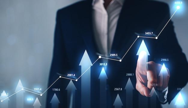 Empresário apontando aumento gráfico forex.