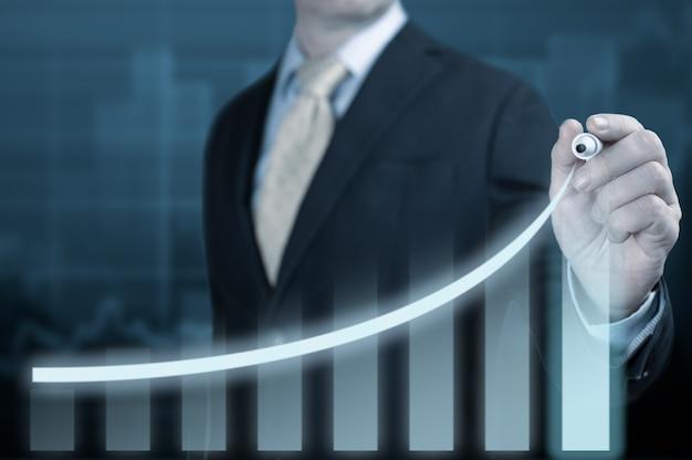 Empresário apontando gráfico plano de crescimento futuro corporativo. desenvolvimento de negócios para o sucesso e o conceito de crescimento do ano de 2021 a 2022. empresário apontando gráfico plano de crescimento futuro corporativo em azul