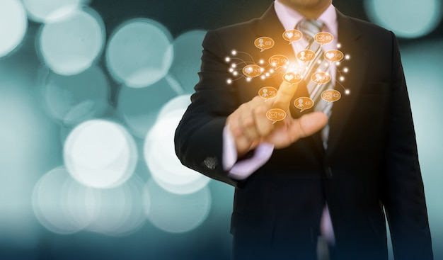 Empresário, apontando o desenvolvimento de conceito gráfico e seta para negócios on-line de mídia social