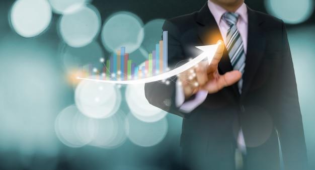 Empresário, apontando o gráfico e o conceito de seta