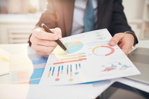 Empresário, apontando para os dados estatísticos close-up