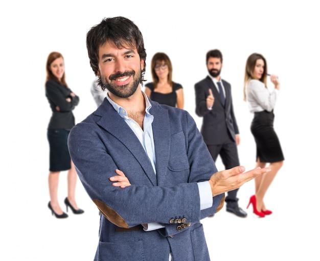 Empresário apresentando algo sobre fundo branco isolado