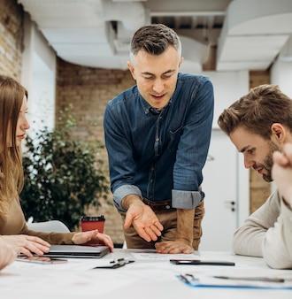 Empresário apresentando um projeto em uma reunião