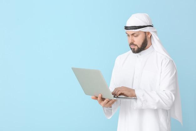 Empresário árabe com laptop colorido