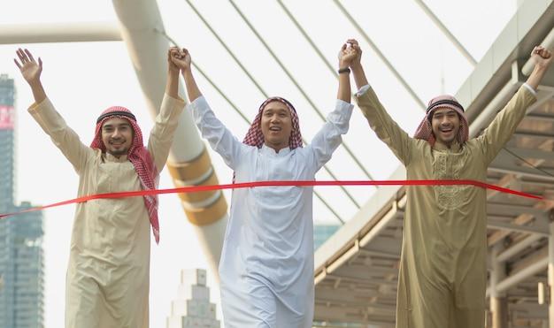 Empresário árabe correndo na linha de chegada