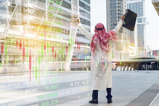 Empresário árabe segurando o saco bem sucedido, bom sentimento