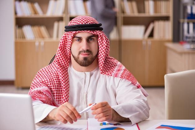 Empresário árabe trabalhando no computador portátil