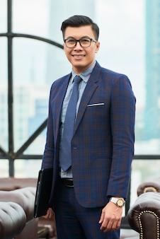 Empresário asiático considerável