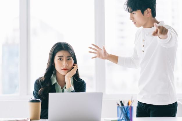 Empresário asiático gritava furiosamente com sua colega