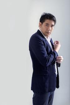 Empresário asiático inteligente em uniforme de negócio de tom azul