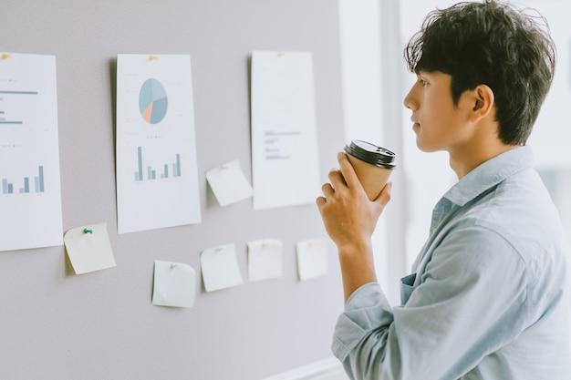 Empresário asiático pensando em planos de crescimento