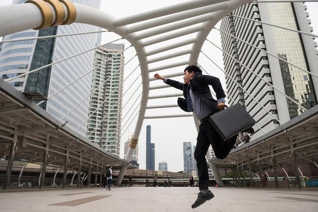 Empresário asiático rápido na cidade