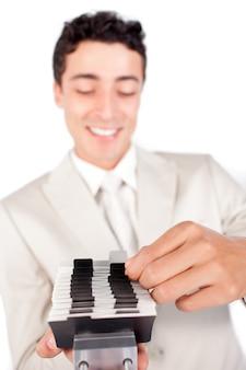 Empresário assertivo que consulta um titular de cartão de visita