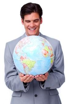 Empresário assertivo sorrindo para expansão de negócios globais