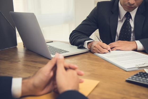 Empresário, assinando contrato com seu parceiro