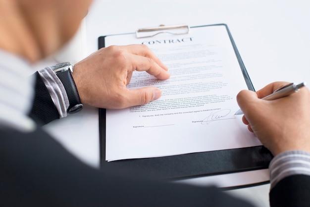 Empresário assinando contrato de perto