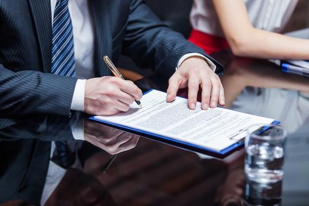 Empresário assinando contrato