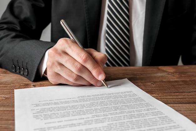 Empresário, assinando um documento, estratégia de negócios e conceito de sucesso.