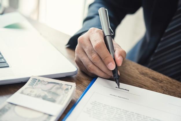 Empresário assinar contrato de empréstimo comercial