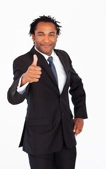 Empresário atraente que mostra o polegar para cima