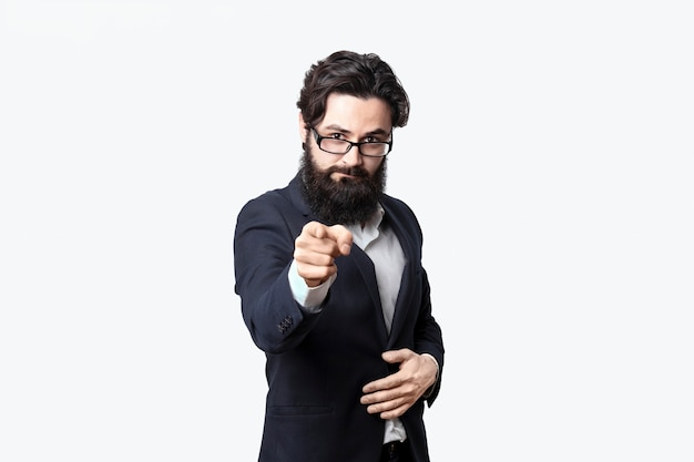 Empresário barbudo aponta o dedo para você. cara sério e apontando para a frente, o empresário escolheu o visualizador. conceito de emoções e sinais.