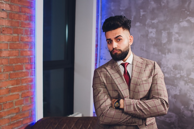 Empresário barbudo bonito terno clássico.