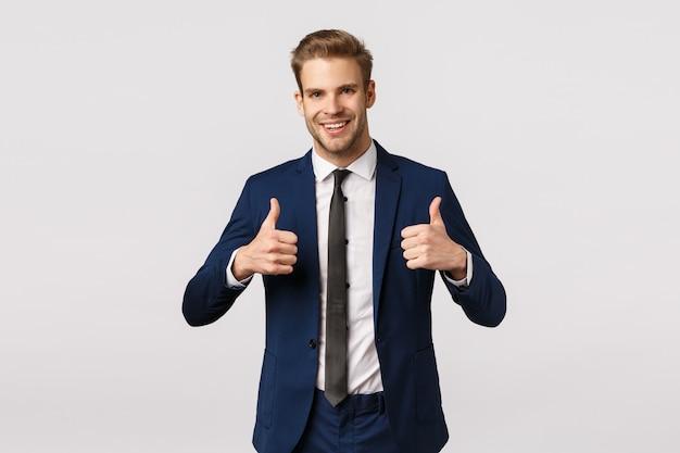 Empresário barbudo loiro atraente mostrando os polegares