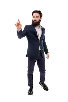 Empresário barbudo, mão tocando a tela virtual vazia, isolado no fundo branco