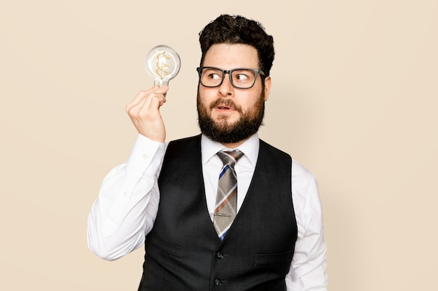 Empresário barbudo segurando uma lâmpada para campanha de inovação