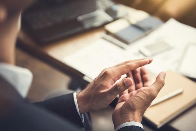 Empresário batendo palmas de mãos após reunião de negócios no café