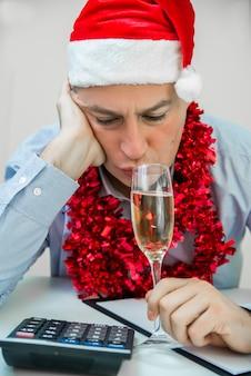 Empresário bêbado após a festa de natal do escritório. o homem de negócios comemora o feliz natal e o boneco de neve do boneco de ano novo feliz