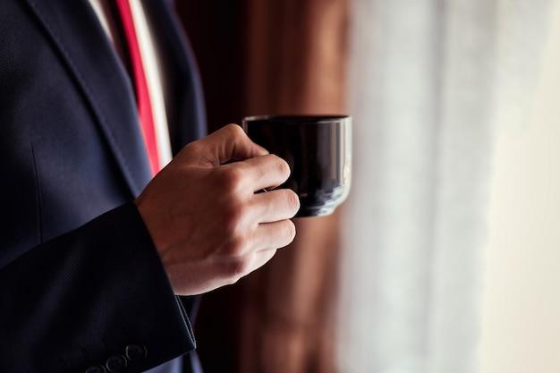 Empresário, bebendo café, noivo da manhã, político, estilo de homem, mãos masculinas closeup, americano, empresário europeu