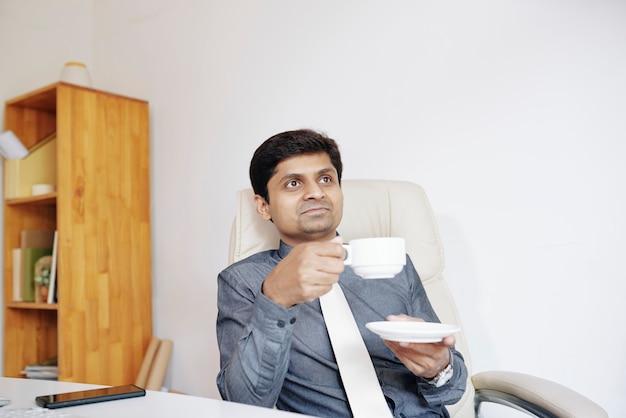 Empresário bebendo café