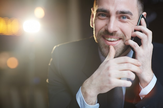 Empresário bem sucedido chamando por smartphone