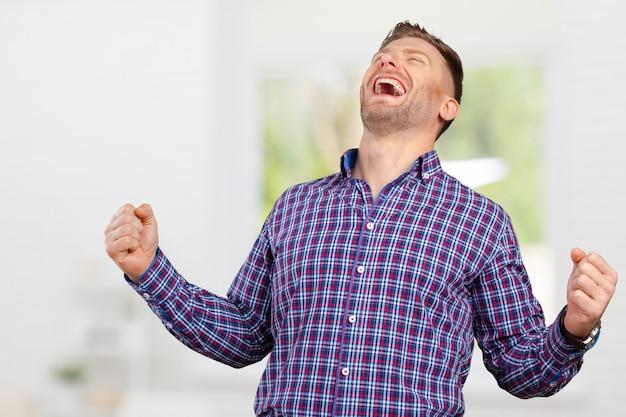 Empresário bem sucedido com os braços para cima celebrando sua vitória