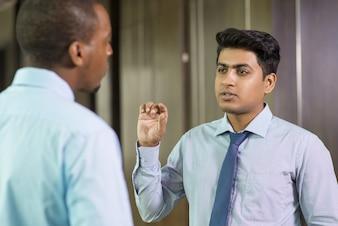 Empresário bem sucedido, dando conselhos ao colega