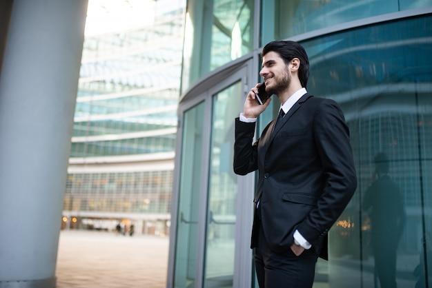 Empresário bem sucedido, falando ao telefone