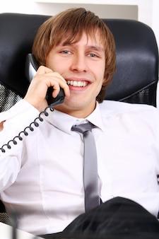Empresário bem sucedido, falando por telefone