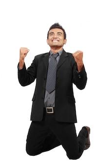 Empresário bem sucedido, levantar as mãos, comemorando uma vitória.