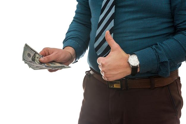 Empresário bem-sucedido segurando dinheiro em dólar americano isolado na parede branca
