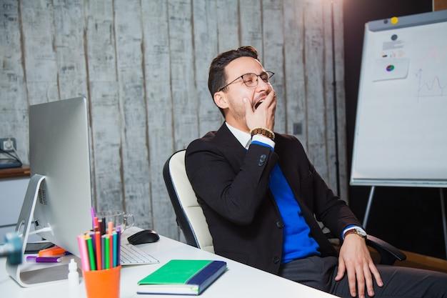 Empresário bocejando com conceito de trabalho chato de escritório