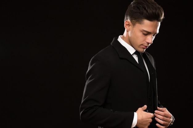 Empresário bonito em um terno elegante