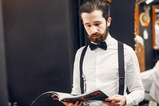 Empresário bonito em uma barbearia