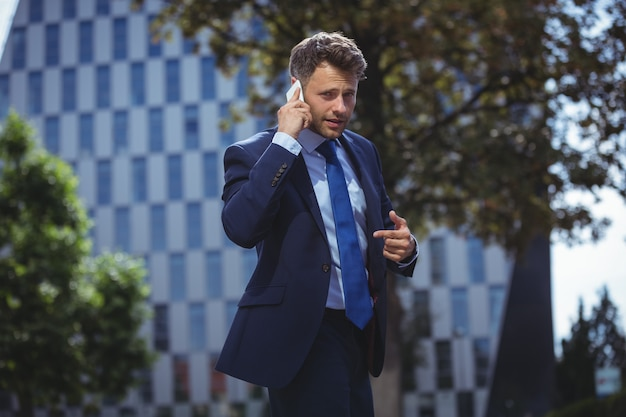 Empresário bonito falando no celular