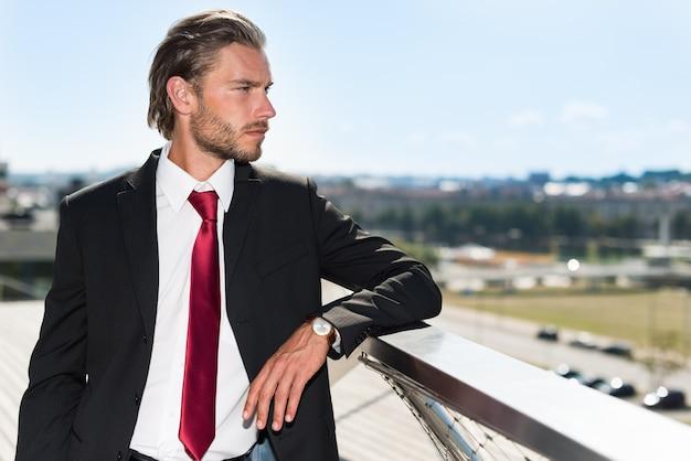 Empresário bonito olhando a cidade