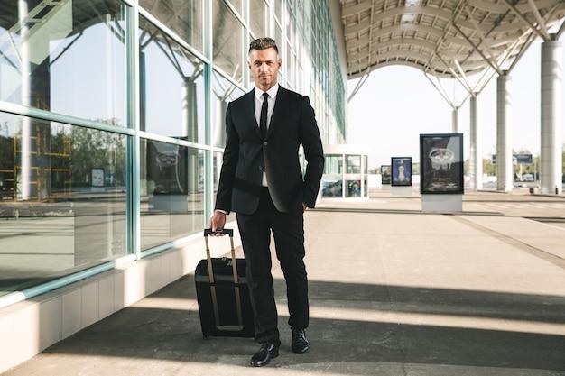 Empresário bonito vestido de terno andando