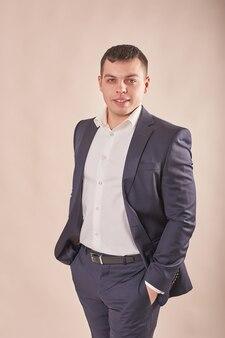 Empresário bonito vestindo terno cinza
